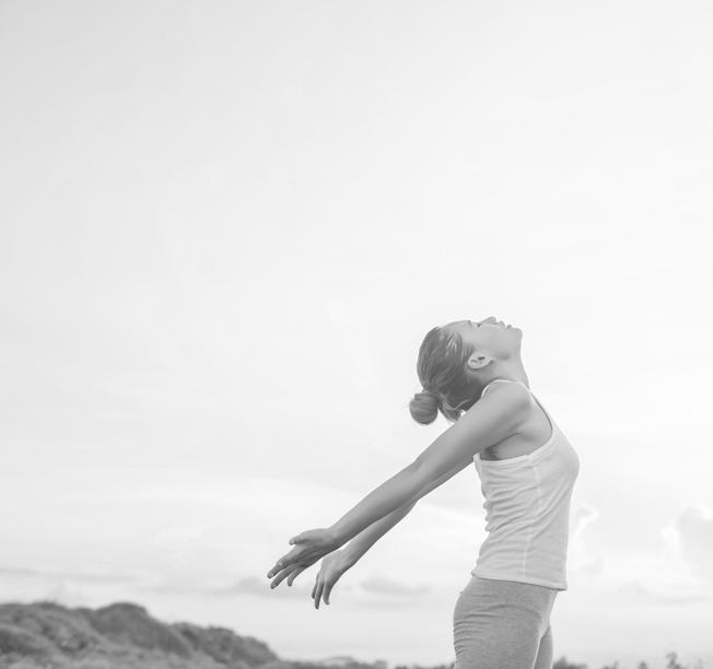 kvinna som sträcker upp armarna